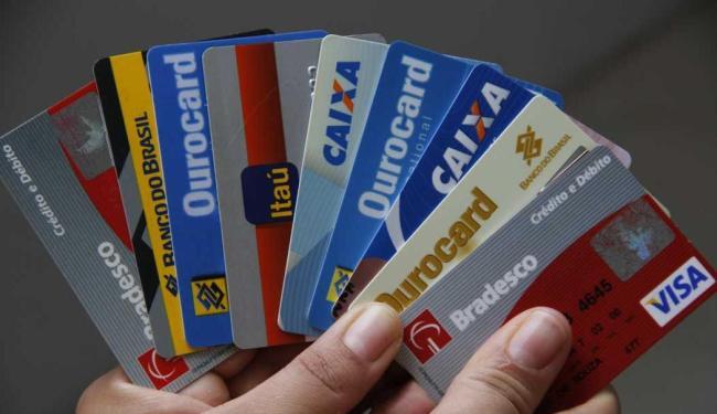 Crediário e cartão de crédito foram as modalidades que mais negativaram usuários no último ano, apontam CNDL/SPC Brasil